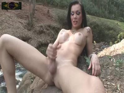 Kalena Rios se exibindo na cachoeira