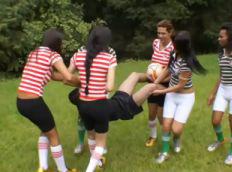 Suruba no campo de futebol com as transex.