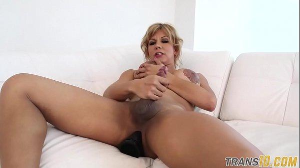 Traveco com peitoes se masturbando em dobro