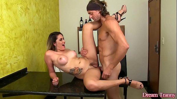 Video porno putaria com travesti top dando o cuzinho